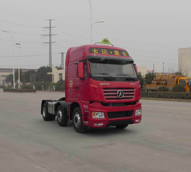 选装后导流罩,选装轮罩,选装高位进气管道;半挂车鞍座最大允许载质量为16670kg(2人)/16605kg(3人),准拖挂车总质量均为37605kg。发动机型号/最大净功率(kW)对应关系为:WP12.375E50/271,WP12.430E50/311;油耗申报值(L/100km)均为43.7;ABS型号为ABS-E 4S/4M,生产厂家为威伯科汽车控制系统(中国)有限公司。该车安装具有卫星定位功能的行驶记录仪。适用于牵引危险品运输半挂车,排气管前置,前轮安装盘式制动器,装有限速装置(限速80km/h)