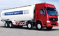 实拍大型砂浆运输车在建筑工地卸料工作场景!