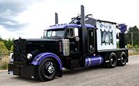 澳大利亚重型卡车牵引三辆挂车, 车身很长超车费时