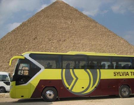 大汽车穿越沙漠纵横金字塔
