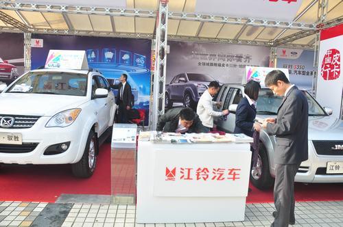(图2)泸州怡铃汽车销售服务有限公司总经理金志军先生正在擦洗车子