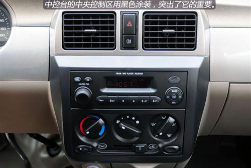 在五菱荣光标准型上配备了带有小usb接口的mp3收放机,可通过厂家配送