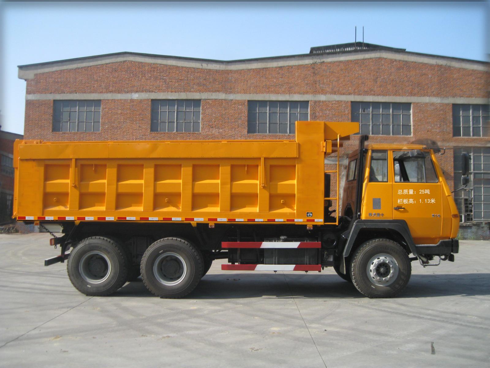 1.该车选装带盖货箱,盖重300kg.选装带盖货箱时,整备质量为12500kg。选装货箱栏板外观结构,该车自卸方向为后翻;,2.侧防护材质为Q235A板材压制成槽型,断面尺寸为100mmX20mm;与副车架的连接方式为螺栓连接;侧防护的下缘离地面高度540mm;后防护材质为Q235A矩型管,断面尺寸为120mmX60mm;与底盘大梁的连接方式为螺栓连接;后防护的下缘离地面高度500mm;,3.