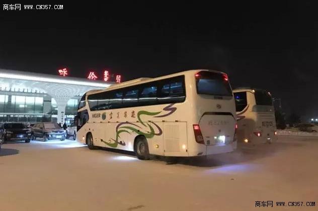 北国风光,千里冰封,万里雪飘位于内蒙古高原东北部的呼伦贝尔市海拉尔,这里冬天温度常在零下36度以下,每年只有90天左右的无霜期,号称中国最冷小镇。 虽然城市温度屡屡触底寒冬极限,但不能阻止旅客前往这里的热情,春节期间更是迎来了全国各地的游客。因为这里有不一样的冰雪风情,拥有凤凰山开雪节、雪地摄影大赛、雪地摩托越野穿越山林雪原大赛、以及俊驼比赛等,还有汽车冰面试乘试驾、冬季量产车系性能大赛、以及最大冰面汽车极寒测试实验场进行的精彩汽车极寒测试等。  为了满足前往旅客的各种出行需要,公路旅游客运车辆交通